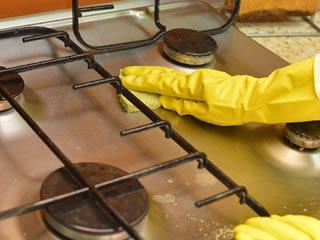 キッチンの内側を掃除している主婦