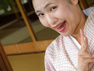 笑顔でピースサインをする着物姿のお義母さん