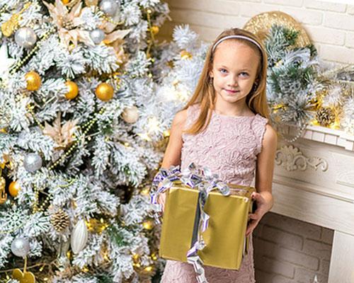 プレゼントを持つ少女