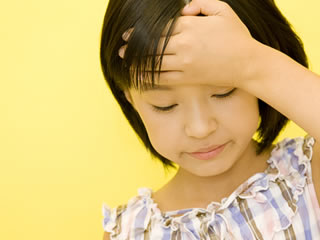 共働きの両親の為熱が出ても我慢する子供