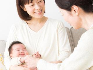 年女性二人が赤ちゃんを世話する