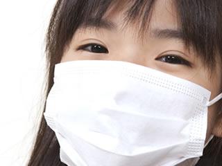 インフルエンザに掛ってマスクをしている子供