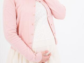 お腹を触る妊婦