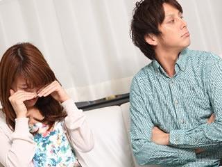 夫に理不尽な事で怒られショックのあまり泣く女性