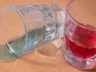 絶縁を前兆するかのようなこぼれたグラス