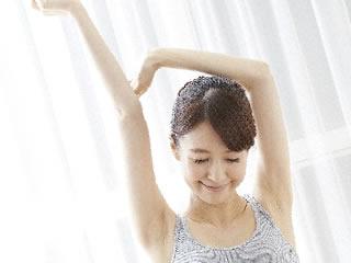 肩のストレッチを欠かさない健康的な女性