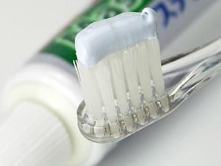 頑固な汚れに最適な研磨剤入の歯磨き粉