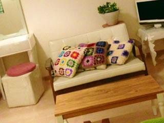 離婚準備で家具を整理整頓する妻