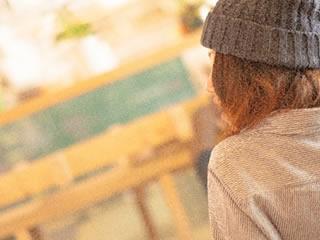 住む場所を確保できずカフェに入り浸る女性