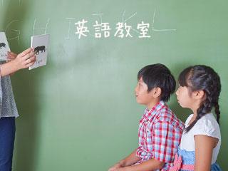 英語の絵カードを見る子供達