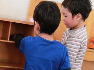 棚の前に立つ小学生二人