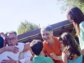 孫に会えて嬉しさを隠せない海外の義両親