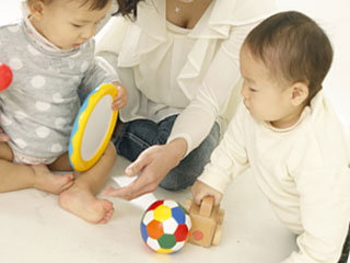 赤ちゃんが玩具で遊んでいる