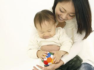 赤ちゃんをだっこする母親