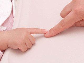 親の指を指差す赤ちゃん