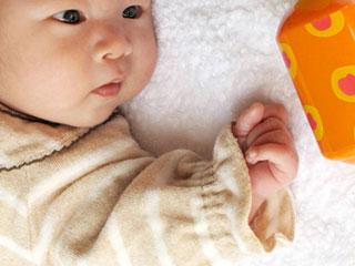 玩具を見つめる赤ちゃん