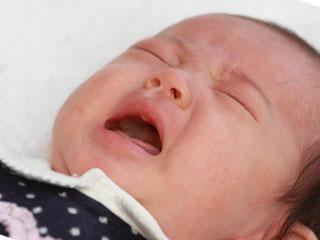 鼻水をたらす赤ちゃん