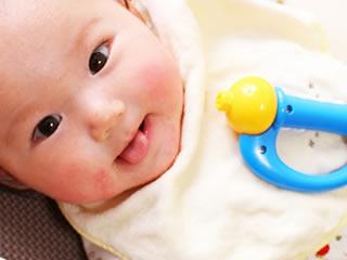 夫婦の不満を全く気にかけない笑顔の赤ちゃん
