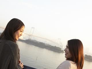 友人に励まされる離婚直後の女性