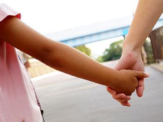 親子で手を繋ぐ