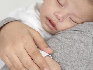 天使のような寝顔の赤ちゃんと母親