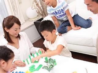 おもちゃで遊ぶ子供を眺める仲良し夫婦