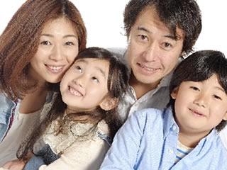 久々のお出かけにはしゃぎ記念写真を撮る家族