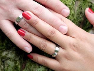 妻にせがまれ渋々結婚指輪を購入した夫