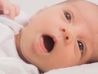 口を開けて動こうとする赤ちゃん