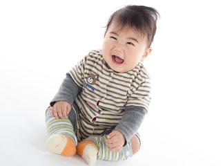 座って笑う赤ちゃん