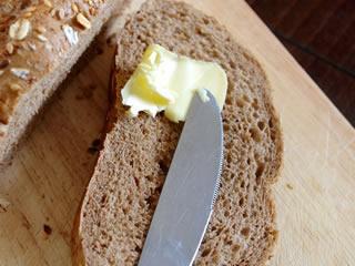 食パンに塗られたトランス脂肪酸を含むマーガリン