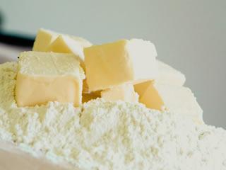 お菓子を作る時に使用される大量のマーガリン