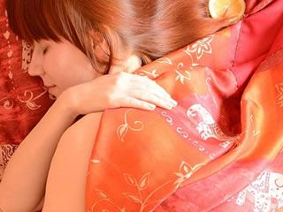 楽しい夢をみながら快眠する海外の女性