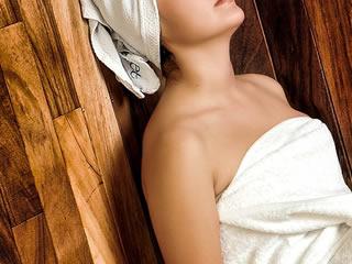 睡眠の質を高めるためにサウナで体を温める女性