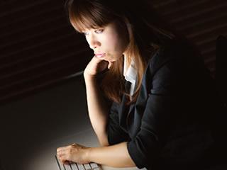 仕事のストレスで不眠に陥る女性社員
