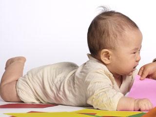 ズリバイ姿勢の赤ちゃん