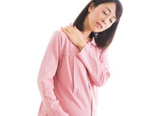 肩を手で揉む妊婦
