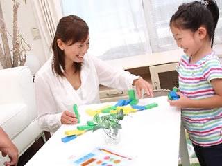 子供とコミュニケーションをとる共働きで忙しい家族