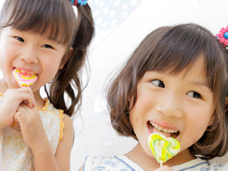 キャンデーを舐める女の子