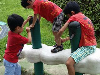 戸外で遊ぶ子供達