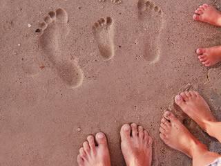離婚し子供と会えなくなるので海岸で足跡を残す家族