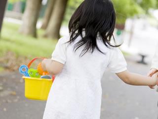 シングルマザーに手を引かれる幼稚園の子供