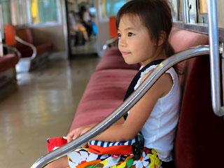 一人で電車に乗る女の子