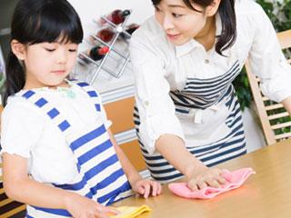 布巾がけを手伝う子供