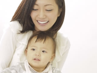 旦那の機嫌が悪いときに子供と遊ぶ母親