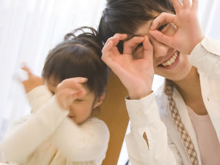 子供と楽しく遊ぶ夫に嫉妬する妻