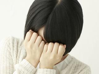 夫の不機嫌の理由がわからずに泣いてしまう妻