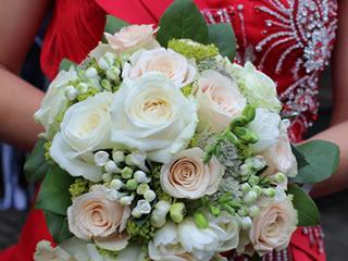 1年目の結婚記念日に花束のラプライズプレゼントをした夫