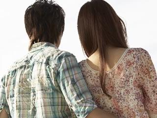 結婚記念日の日に改めて協力して生活する近いをする夫婦