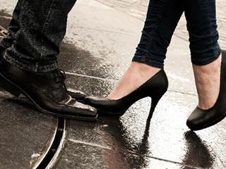 思い出の場所を巡る街角デートをするカップル